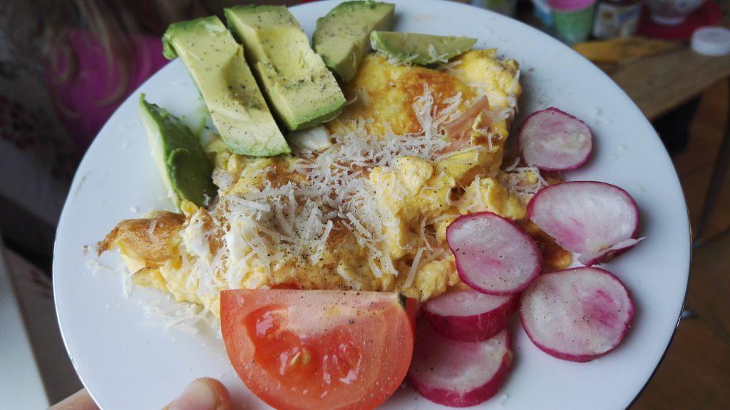 Eggeomelett med parmesan og reddiker   grønt.